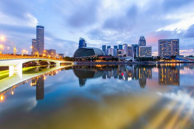 Ville de singapour au lever du soleil