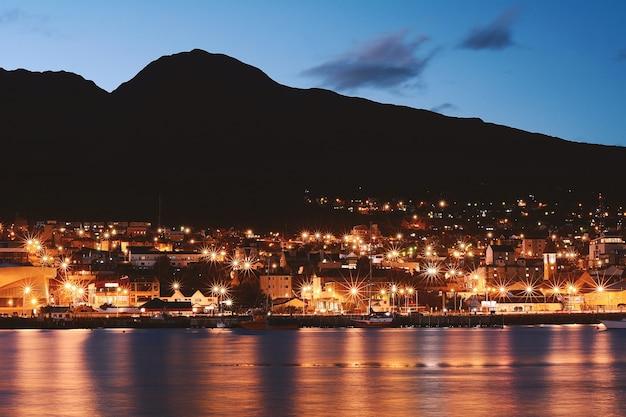 Ville d'ushuaia à la nuit.