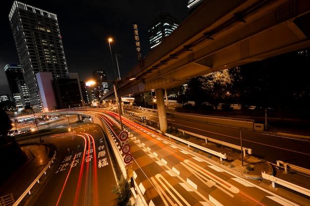 La ville de la vie nocturne scintille de lumière dans les rues