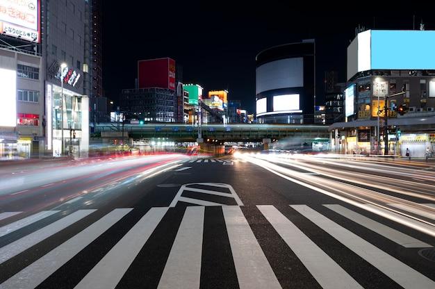 La ville de la vie nocturne scintille de lumière
