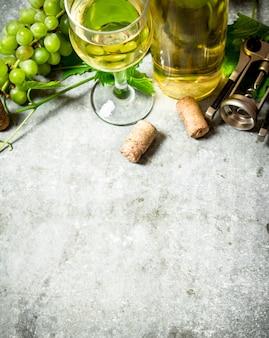Vin blanc avec des bouchons sur la table en pierre