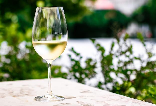 Vin blanc dans un restaurant de luxe sur une terrasse de jardin d'été expérience de dégustation de vins dans une cave dans la vi...