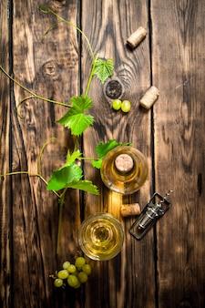 Vin blanc dans la vigne sur table en bois.