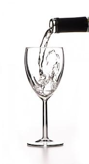 Vin blanc, verser dans un verre d'une bouteille
