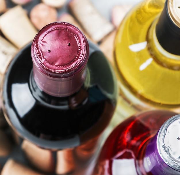 Vin et bouchons isolés sur blanc