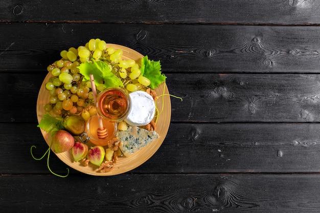 Vin avec des branches de raisins blancs.