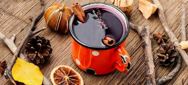 Vin chaud d'automne dans une tasse