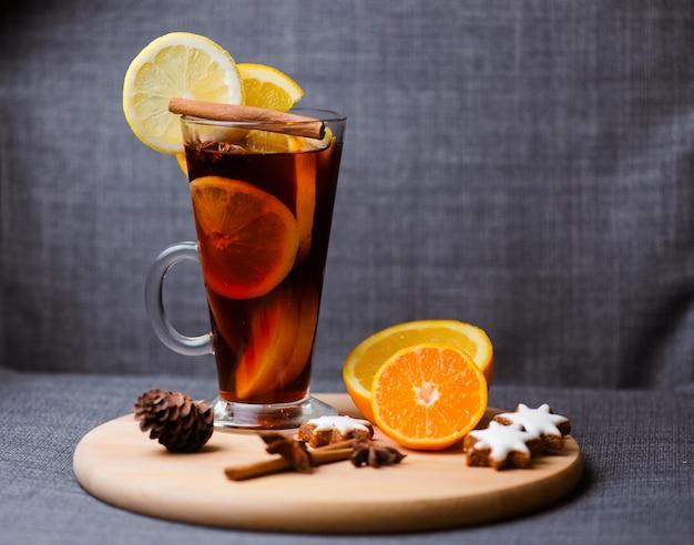 Vin chaud aux bâtons de cannelle et à l'orange.