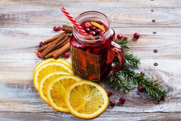 Vin chaud aux canneberges et à l'orange avec ingrédients
