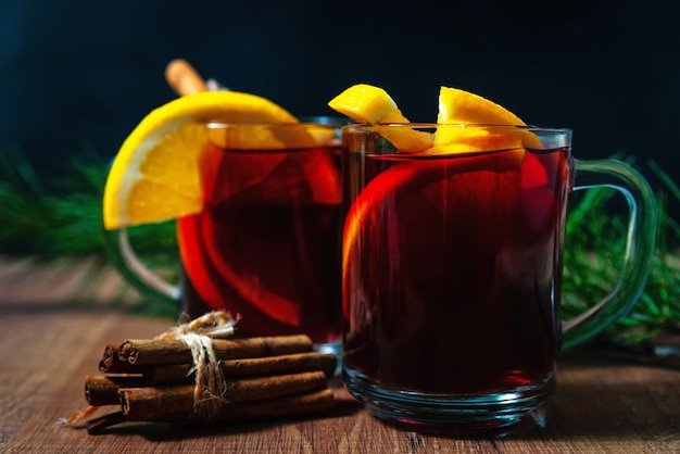 Vin chaud aux épices aromatiques sur fond de bois