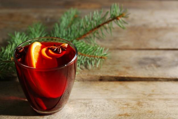 Vin chaud aux épices sur fond de bois