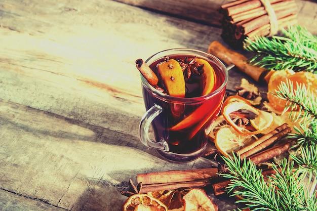 Vin chaud. aux épices. mise au point sélective. boisson.