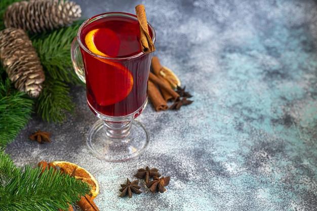 Vin chaud, une boisson chaude dans une tasse aux épices