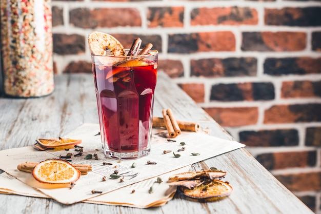 Vin chaud à la cannelle, au sucre et aux fruits secs