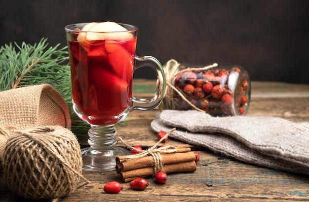 Vin chaud à la cannelle, aux branches de pin et aux mitaines.