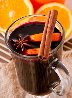 Vin chaud à la cannelle et à l'orange