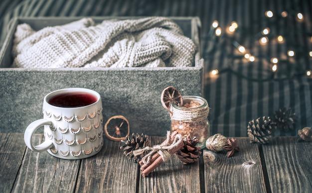 Vin chaud dans une tasse sur une table en bois