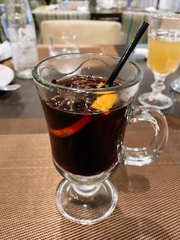 Vin chaud épicé dans une tasse en verre