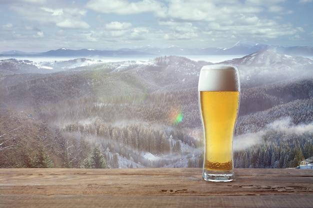 Vin chaud épicé et paysage de montagnes sur fond boisson chaude alcoolisée