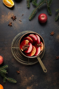 Vin chaud d'hiver avec étoile d'orange, de pomme, de cannelle et d'anis