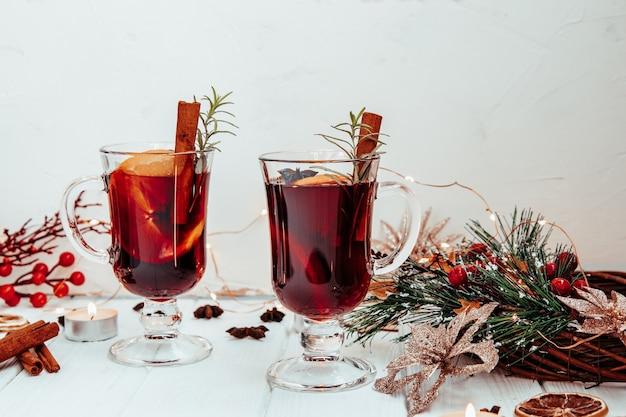 Vin chaud maison au romarin sur une assiette blanche dans une ambiance du nouvel an. belle décoration