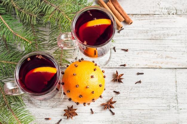 Vin chaud de noël à la cannelle, à l'orange et à l'anis