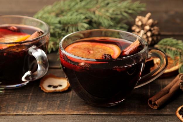Vin chaud de noël à la cannelle et à l'orange