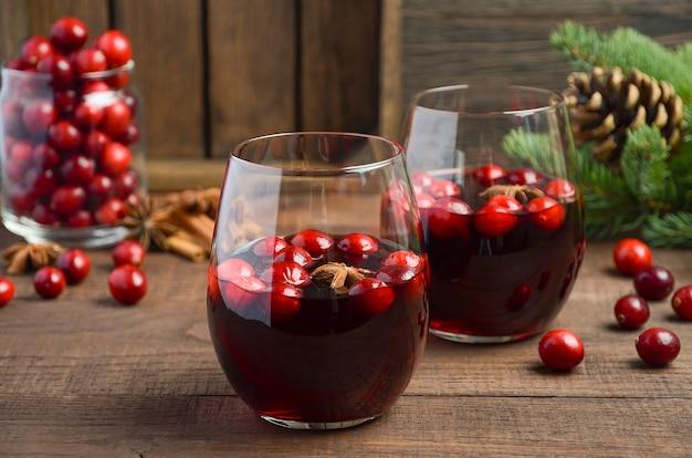 Vin chaud de noël. concept de vacances décoré de branches de sapin, de canneberges et d'épices.