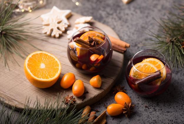 Vin chaud de noël dans des verres en cercle de délicieuses vacances comme des fêtes avec des épices d'anis étoilé à la cannelle. boisson chaude traditionnelle dans des verres circulaires ou une boisson, cocktail festif à noël ou au nouvel an