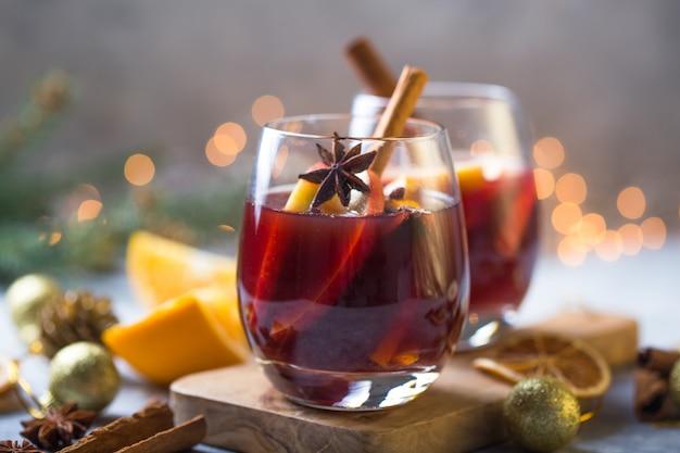 Vin chaud de noël de délicieuses vacances comme des fêtes avec des épices anis étoilé cannelle orange.