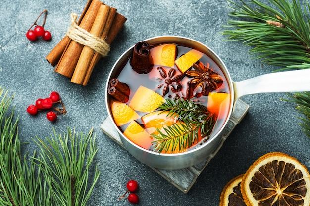 Vin chaud de noël avec des épices et des fruits sur la table. concept du nouvel an
