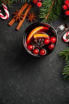 Vin chaud de noël à l'orange et aux canneberges. concept de vacances.