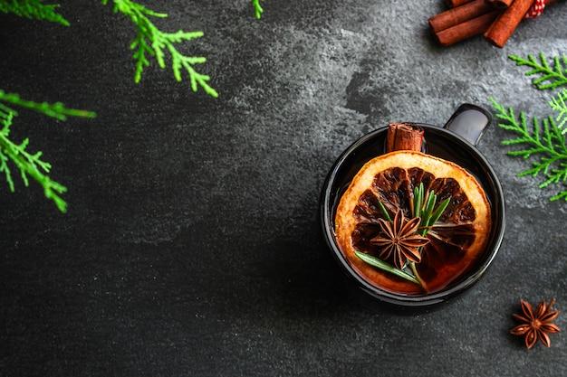 Vin chaud de noël sur une table en bois