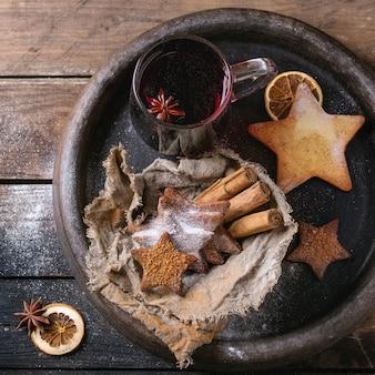 Vin chaud rouge chaud avec des biscuits