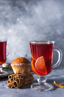 Vin chaud des vacances délicieuses avec des épices d'orange cannelle et d'anis étoilé. boisson chaude traditionnelle