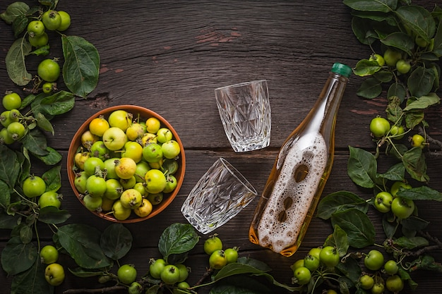 Vin ou cidre de pommes sauvages.