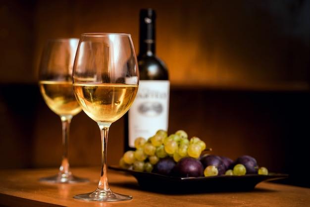 Vin dans les verres avec des raisins.