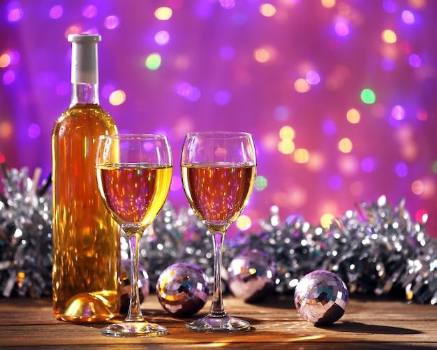 Vin et décoration de noël sur fond clair