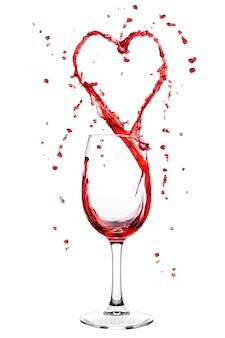 Vin éclaboussant de verre à vin en forme de coeur