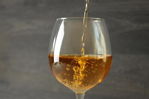 Le vin est versé dans un verre, gros plan