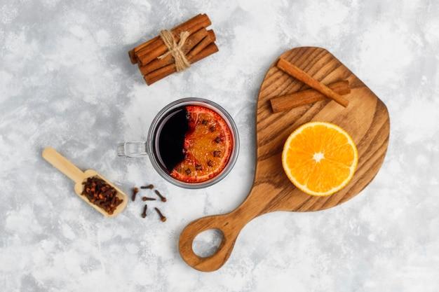 Vin glacé au vin chaud servi dans des verres pour table de noël avec orange et épices
