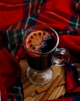 Vin luisant de vin chaud servi dans des verres d'orange et d'épices