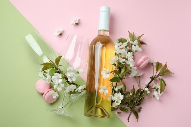 Vin, macarons et fleurs sur fond bicolore