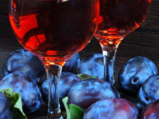 Vin de prune. prunes bleu vif sur un bois sombre.