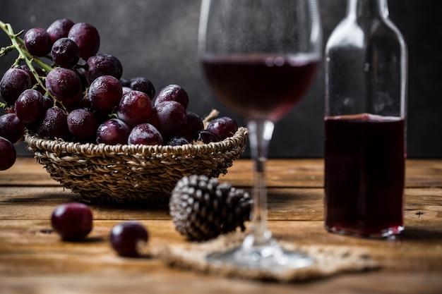 Vin de raisin sur table en bois