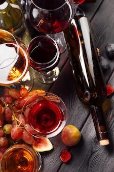 Vin et raisins sur la table