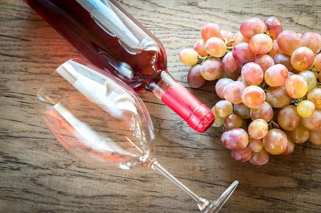 Vin rosé avec grappe de raisin