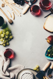 Vin rouge avec assortiment de charcuterie sur backgrou en béton rustique