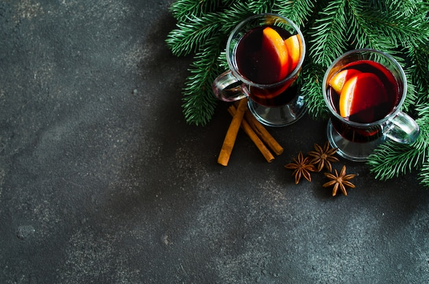 Vin rouge aux épices chaud sur fond sombre