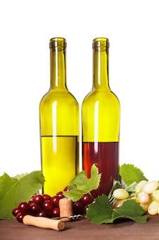 Vin rouge et blanc en bouteilles sur la table en bois